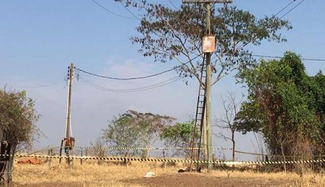 Homem despencou de uma altura de aproximadamente 10 metros ao levar a descarga elétrica de 13 mil volts. Foto: DIVULGAÇÃO