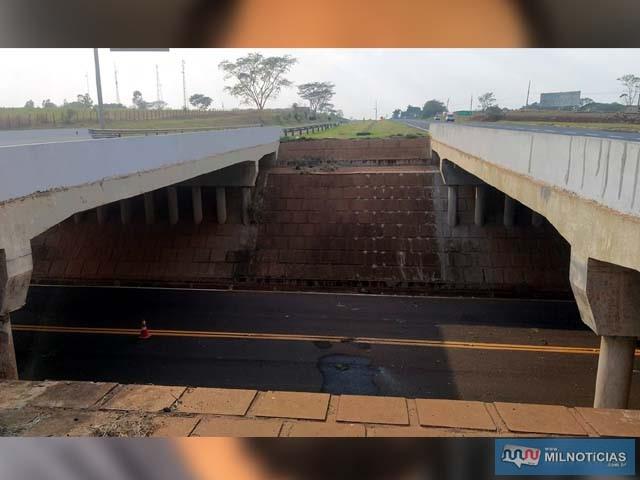 Rapaz literalmente voou para a morte com o veículo no vão dos viadutos da Rondon, trevo de acesso à Paranápolis. Foto: MANOEL MESSIAS/Agência