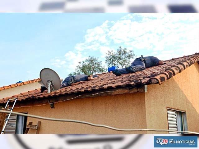 Casa no Quinta dos Castanheiras teve vistoria até no telhado em busca de material ilícito. Foto: DIVULGAÇÃO/PM