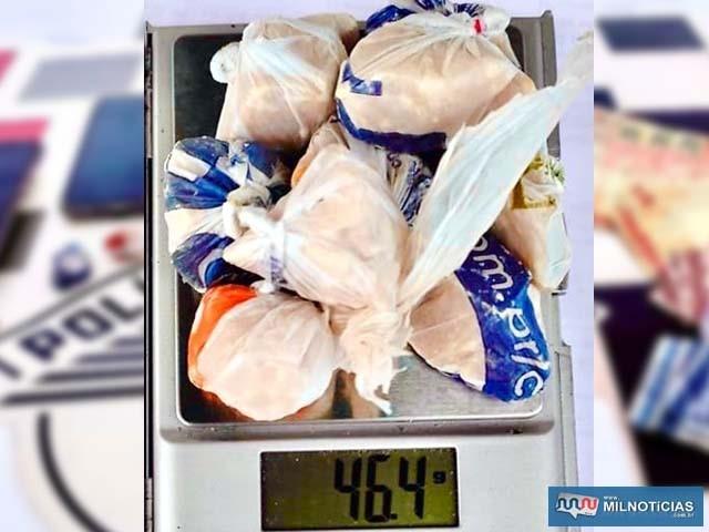 Foram apreendidos com R. S. L., 29 anos, 46g de crack, R$ 1.063,00 em dinheiro, além de 4 celulares. Foto: DIVULGAÇÃO/PM