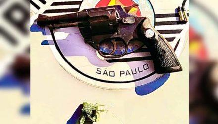 Foram apreendidos um revólver calibre .22, com duas munições e uma porção de maconha (Cannabis Sativa). Foto: PM/Divulgação