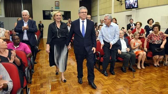 Maria Luiza Meneghel acompanha o esposo, o empresário Celso Silveira Mello Filho, em cerimônia na Câmera dos Vereadores de Piracicaba (SP). — Foto: Reprodução/EPTV