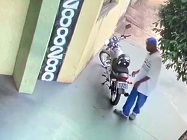 Imagens do circuito de segurança flagraram ação do criminoso. Foto: Reprodução