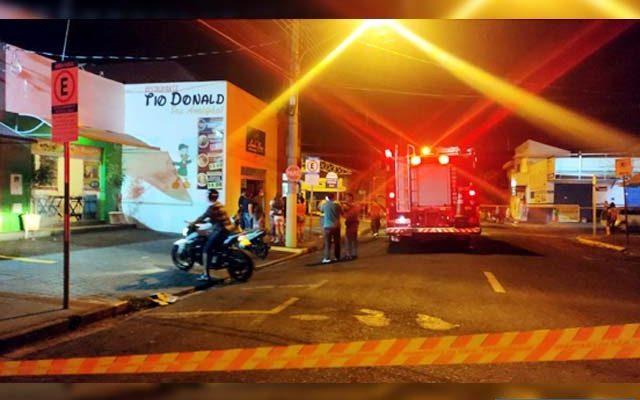 Incêndio aconteceu ma loja de roupas Linho Fino, ao lado da Lanchonete Tio Donald. Foto: DIVULGAÇÃO