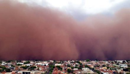 Temporal que provocou muitos prejuízos foi precedido de uma tempestade de areia.  Foto: Whats App