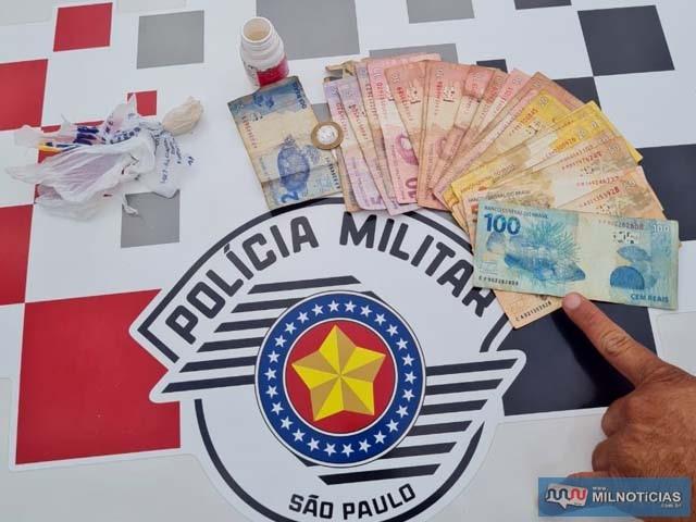 Foram apreendidos porções de crack, cocaína e maconha, além de R$ 550,00 em dinheiro. Foto: PM/Divulgação