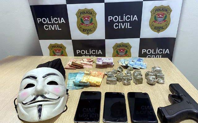 Foram apreendidos droga, dinheiro, imitação de pistola e uma máscara, provavelmente usada em um roubo na cidade. Foto: Polícia Civil